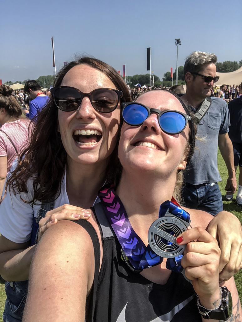 hackney half marathon finisher londres london race run running darling rp pr cr compte rendu medal smile woman happy course à pied festival friends