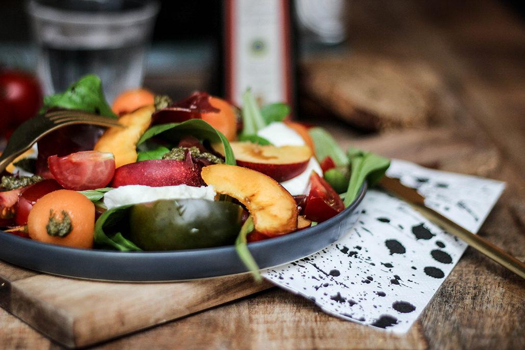 salade salad recette recipe mache peche peach nectarine jaune tomate viande de grison mozzarella basilic vinaigre balsamique facile rapide été sucré salé