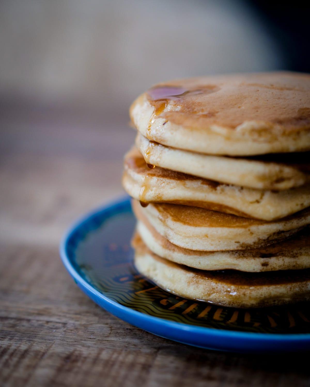 Pancakes fluffy - Faciles, rapides, délicieux, sirop d'érable