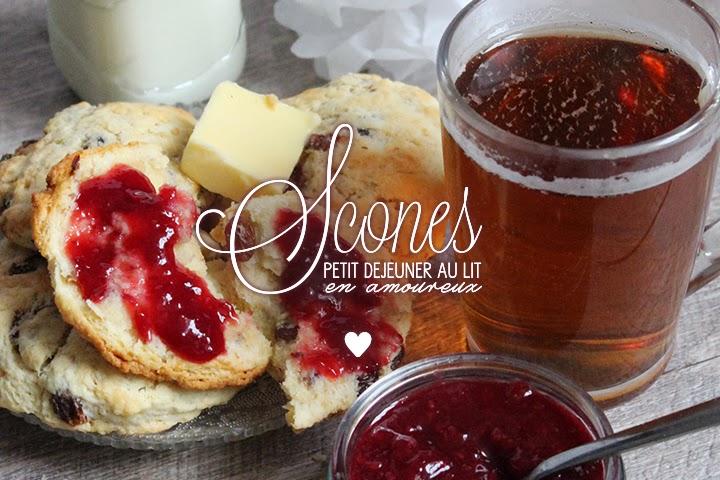 Scones aux raisins pour petit-déjeuner au lit en amoureux